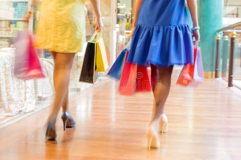 走与购物袋的两名妇女在商城 库存照片