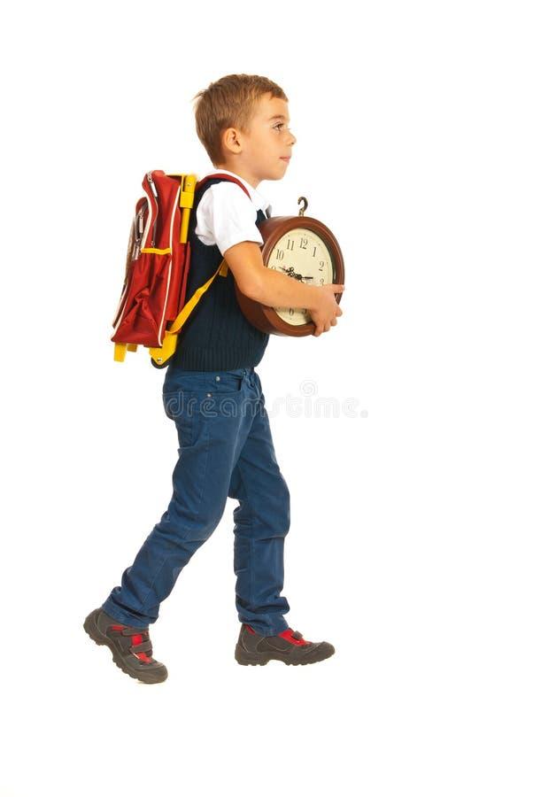 走到学校的男小学生 库存图片