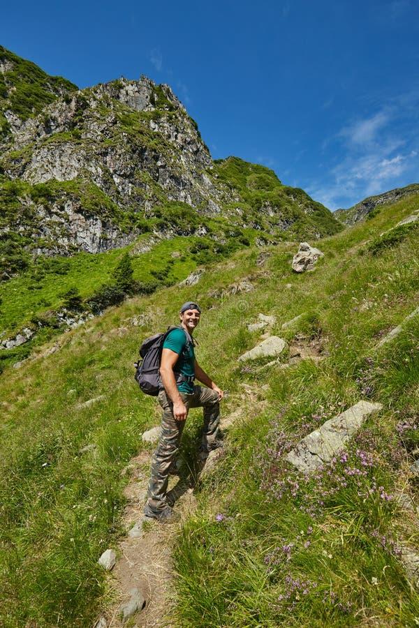 走到山峰的远足者 免版税图库摄影