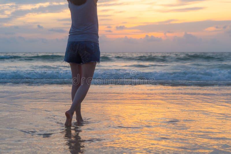走到海滩的妇女在旅行假日期间在海洋或自然海假期户外在日落时间,普吉岛,泰国 免版税库存图片