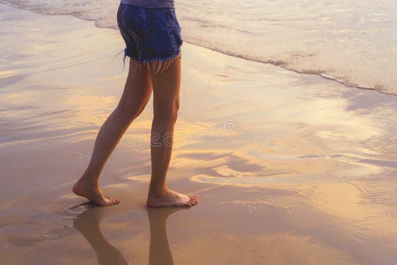 走到海滩的妇女在旅行假日期间在海洋或自然海假期户外在日落时间,普吉岛,泰国 库存照片
