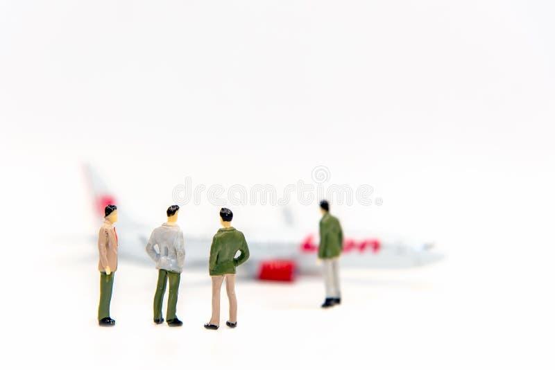 走到飞机,通信的拷贝空间的微型小组事务环球 库存图片