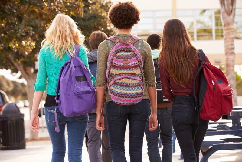 走到高中的学生背面图  库存图片