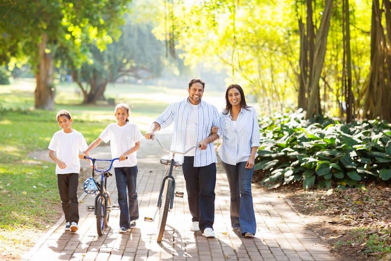 走印地安的家庭户外 免版税库存照片