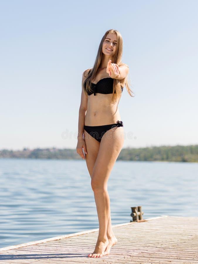 走可爱的性感的女孩在河背景刺穿 夏天时尚概念 库存照片