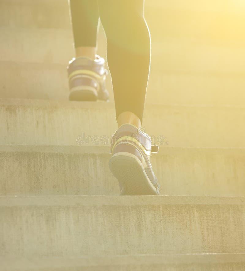 走台阶的背面图女性 库存照片