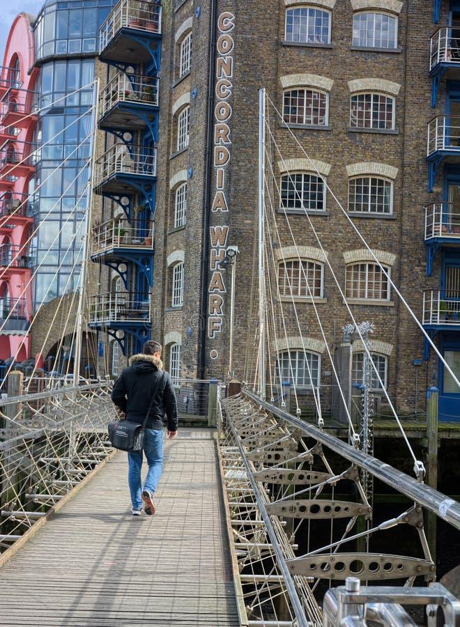 走向横跨桥梁的人孔科尔迪亚码头 ?? ?? 图库摄影