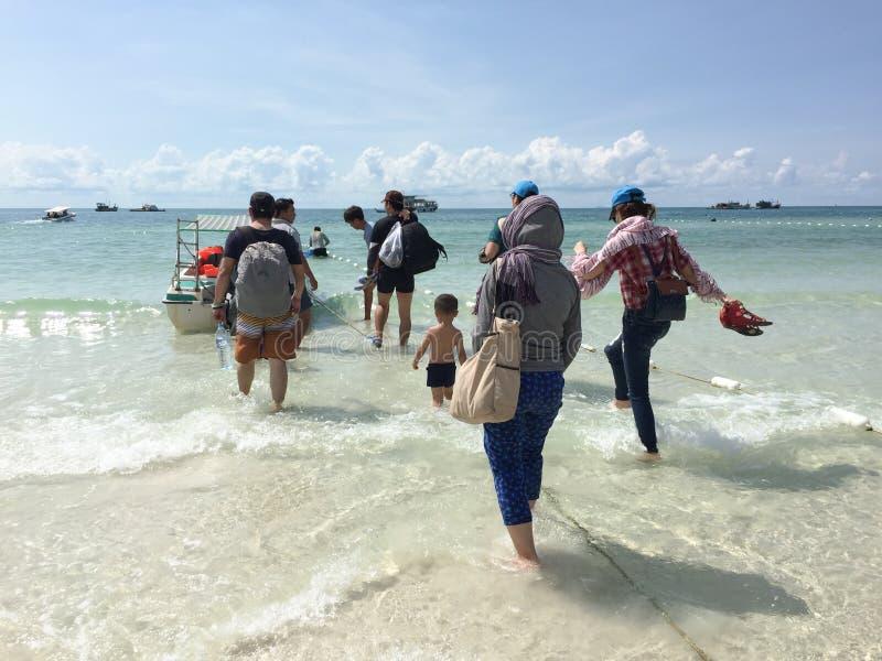 走向海岛的快艇的人们在Phu Quoc,越南游览 免版税图库摄影