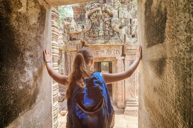 走向Preah可汗寺庙的游人在吴哥,柬埔寨 库存照片