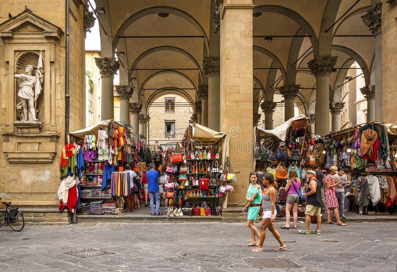 走和购物在历史的Mercato del Porcellino的游人在佛罗伦萨 免版税库存图片