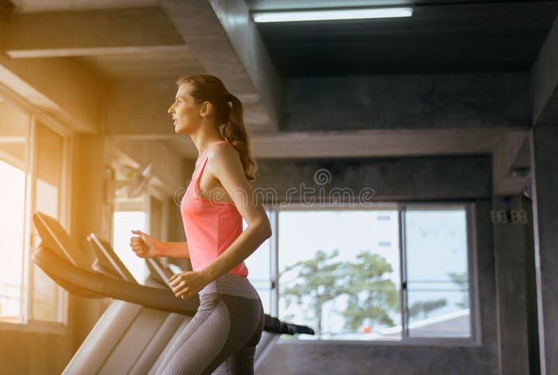 走和跑在健身房的运动的妇女心脏训练,健康生活方式概念 免版税库存照片