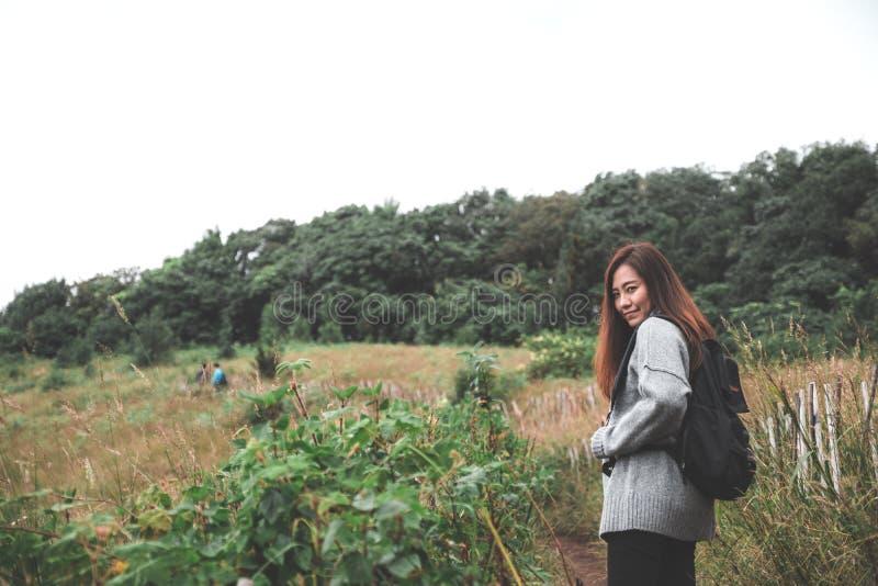走和迁徙沿山的一个美丽的亚裔妇女游人在热带森林里 库存图片