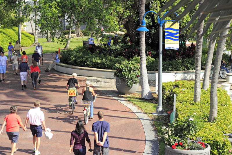 走和骑自行车在Riverwalk的人们 免版税库存照片