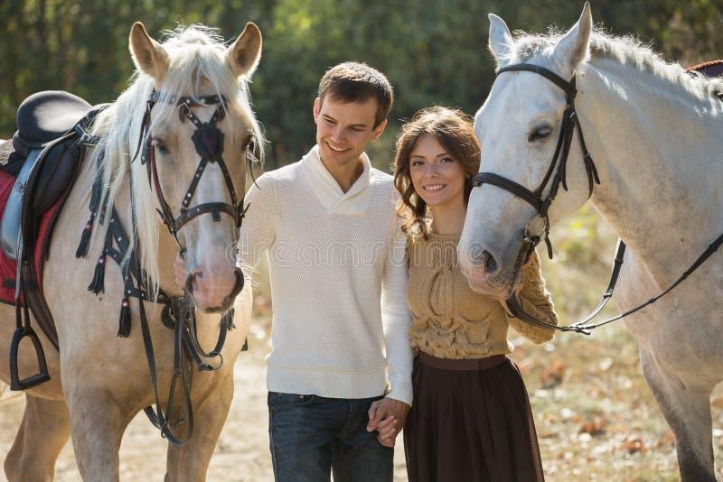 走在一个美丽如画的地方的年轻夫妇与 免版税库存图片