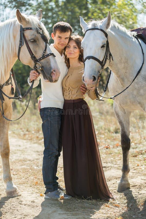 走在一个美丽如画的地方的年轻夫妇与 免版税图库摄影