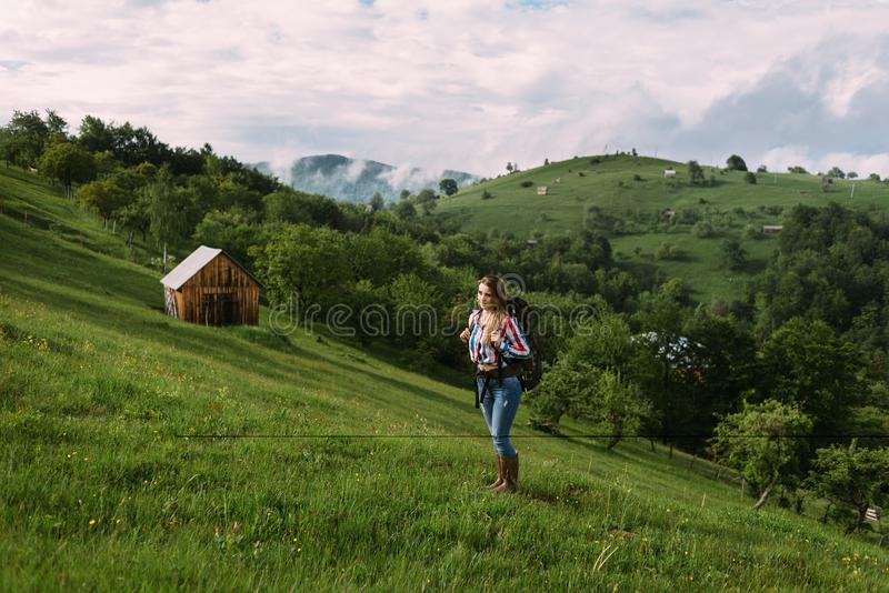 走在一个草甸的美丽的妇女以放松心情  免版税库存照片