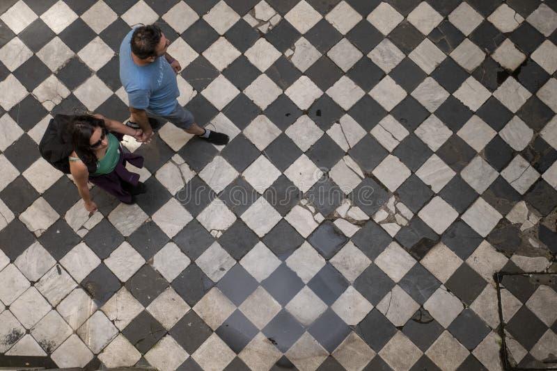 走在一层老舱内甲板的游人在圣特尔莫,布宜诺斯艾利斯,阿根廷邻里  免版税库存图片
