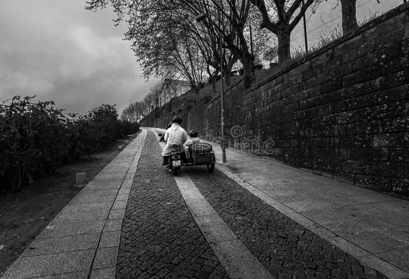 走在一辆摩托车在波尔图 葡萄牙 免版税库存照片