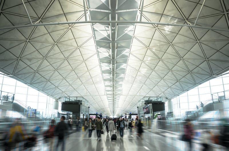 走在上的时间的主要终端的事务的运动,乘客和旅客在香港国际机场 库存照片