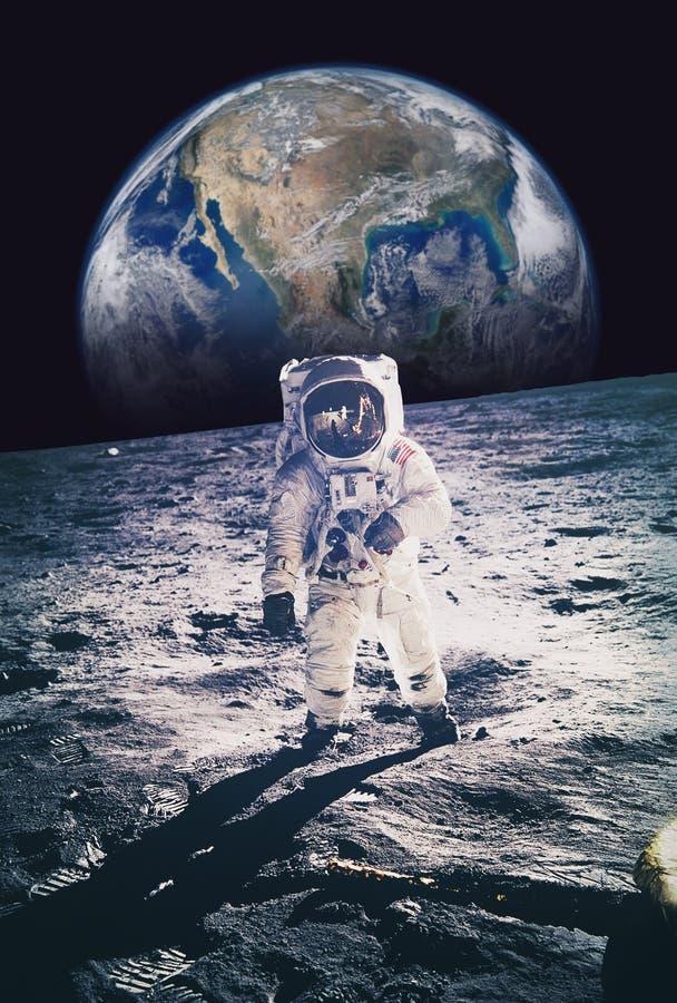 走在与地球的月亮的宇航员在背景中 元素  免版税库存照片