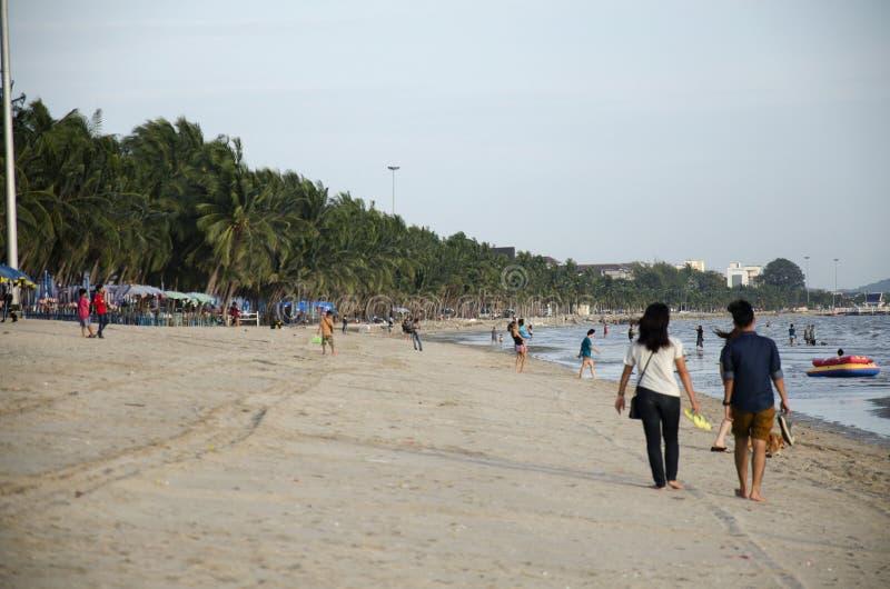 走在与风的海滩的泰国人和恋人和挥动a 库存图片