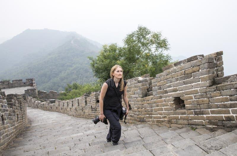 走在中国长城上的妇女 免版税库存照片