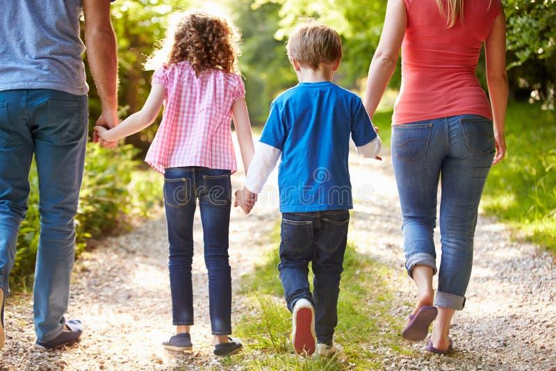 走在乡下的家庭背面图 免版税库存照片