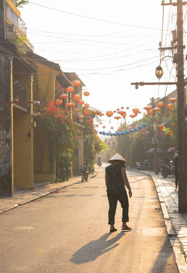 走在会安市的越南妇女 免版税库存图片