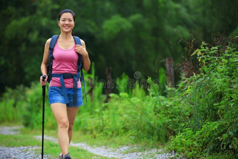 走在供徒步旅行的小道的妇女 库存照片