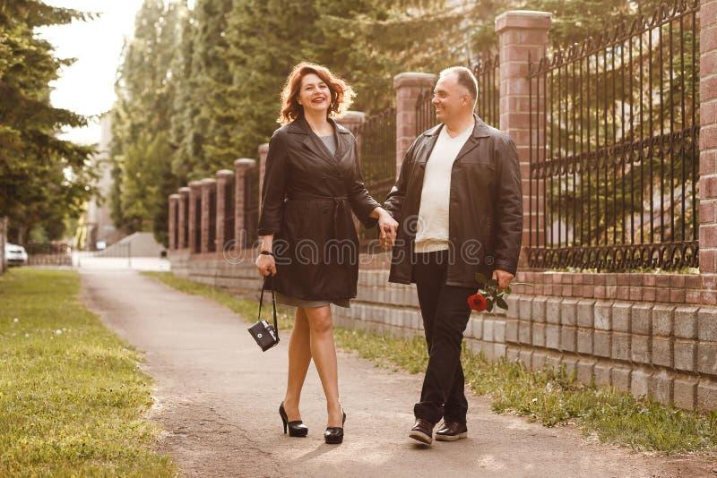 走在公园的中年已婚夫妇在夏天,结婚周年 免版税库存图片