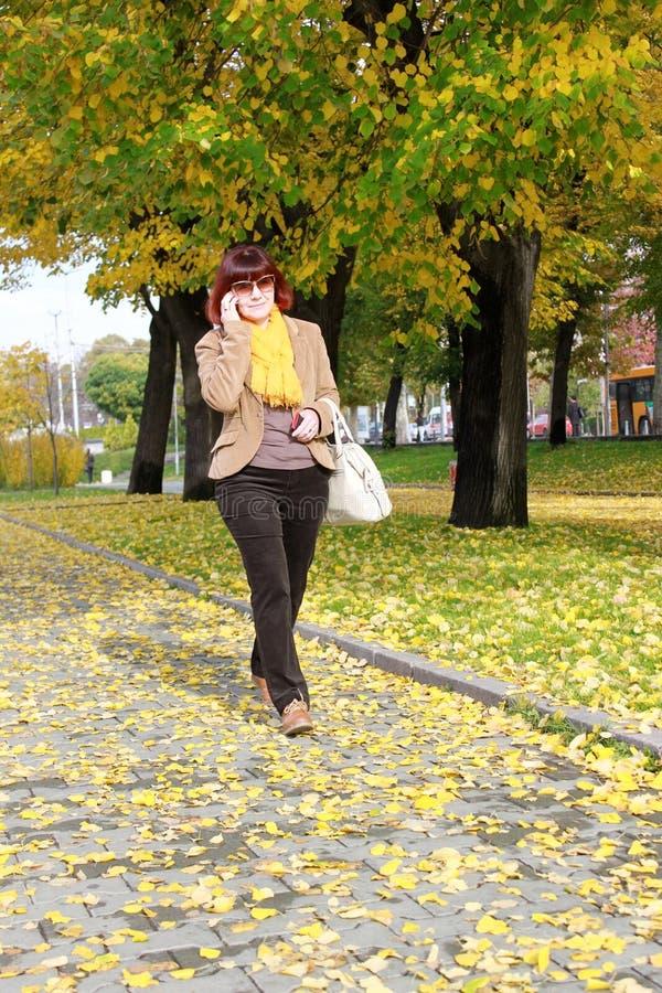 走在公园的全长成熟妇女 免版税库存图片