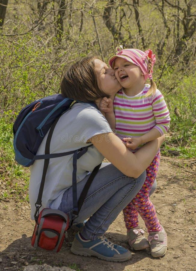 走在公园的母亲和孩子 库存图片