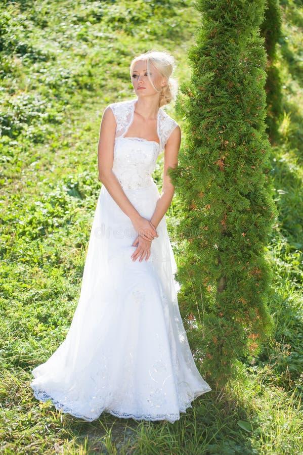 走在公园的美丽的新娘在城堡附近 库存图片