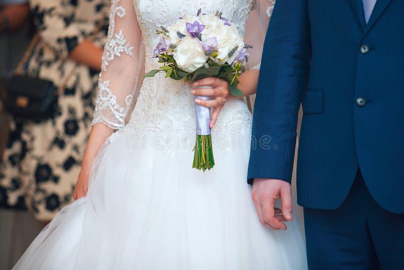 走在公园的年轻可爱和cheerfull婚礼夫妇 免版税库存图片