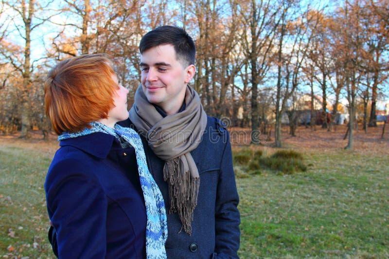 走在公园的Hapy年轻夫妇 免版税图库摄影