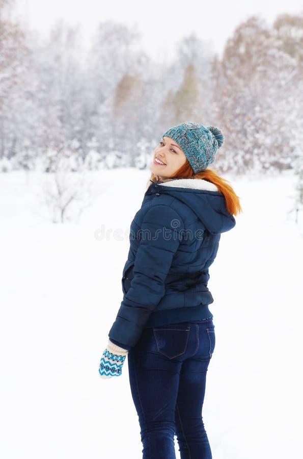 走在冬天公园的匀称少妇 免版税库存图片