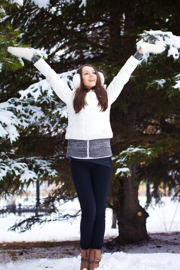 走在冬天公园的妇女 库存照片