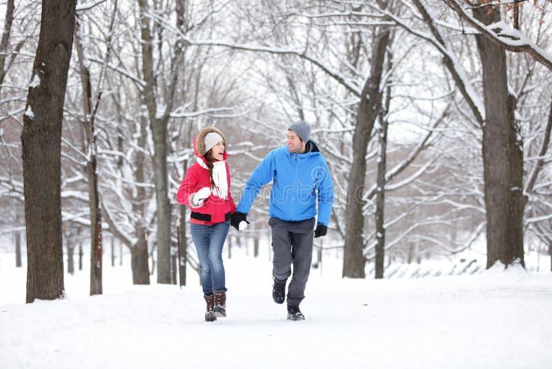 走在冬天森林里的夫妇 库存照片