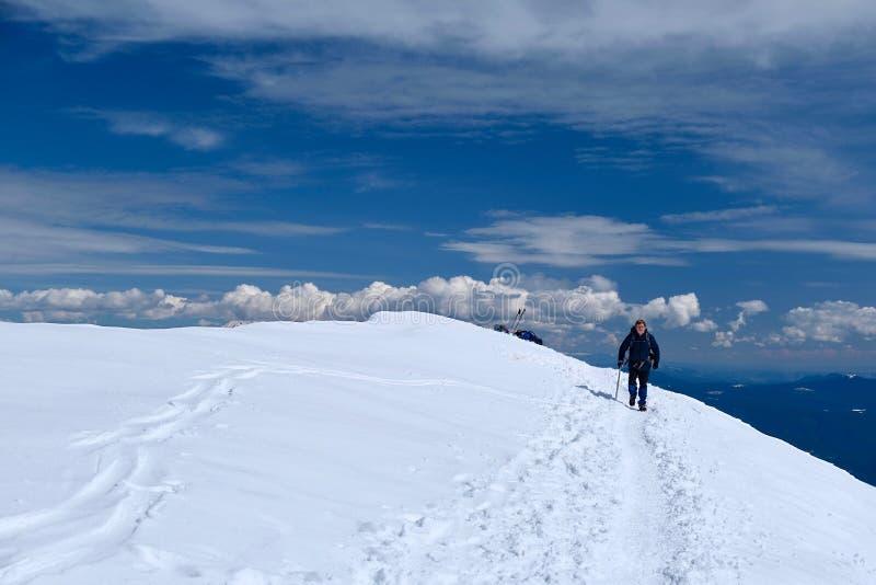 走在冬天足迹的老人徒步旅行者在它上面圣海伦山 库存图片