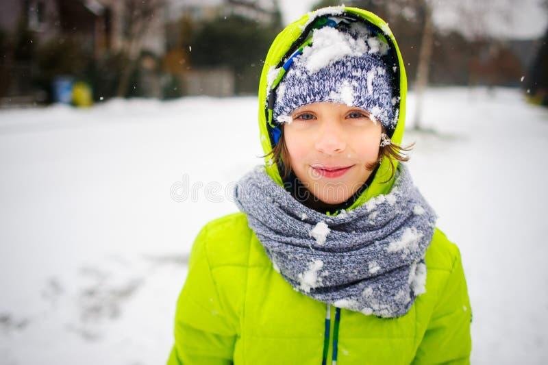 走在冬日的男小学生的画象图片