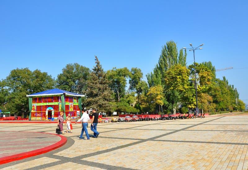 走在列宁附近的人摆正2012年9月30日在Kerch,乌克兰 免版税库存图片