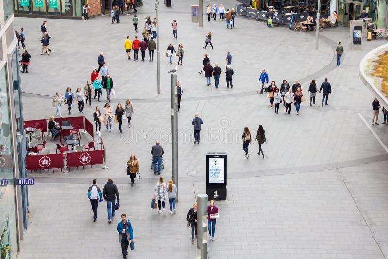 走在利物浦的人们一个购物中心 图库摄影