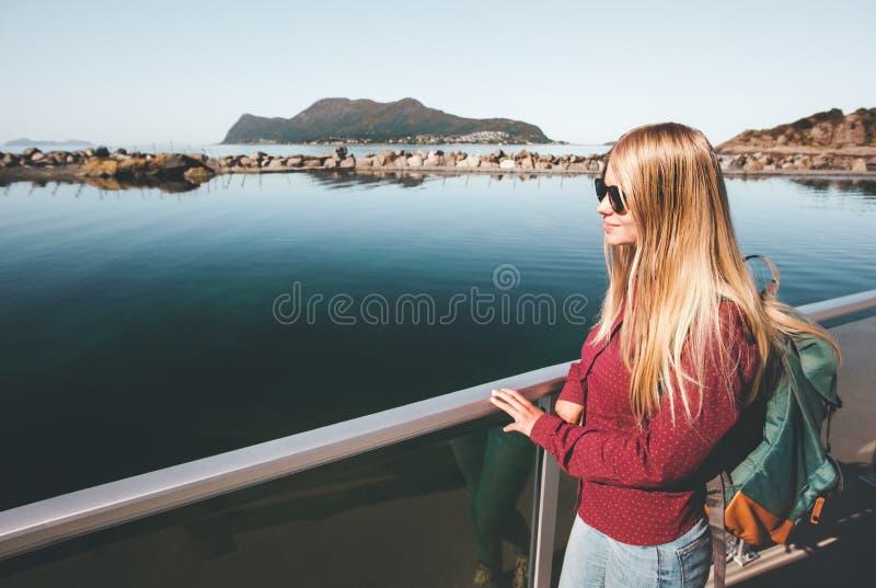 走在单独海边的年轻俏丽的妇女 免版税库存图片