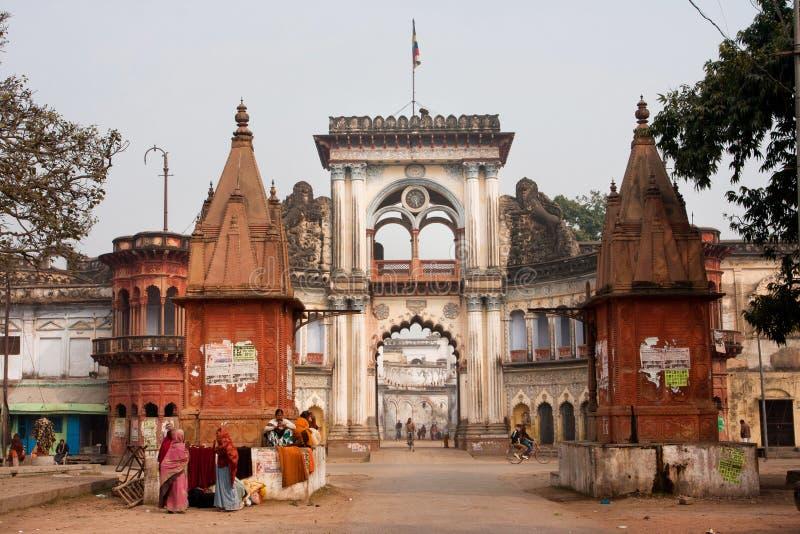 走在印度城市附近阿约提亚美好的门的人们  免版税库存图片