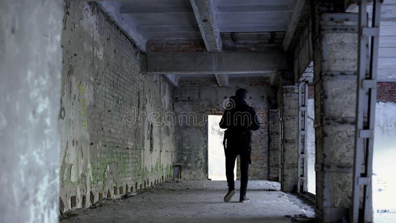 走在危险地方,被放弃的房子,绑架的风险的少年人 库存照片