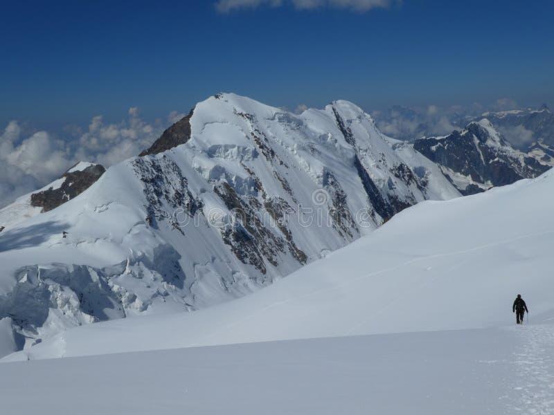 走在原始冰川的登山家 库存图片