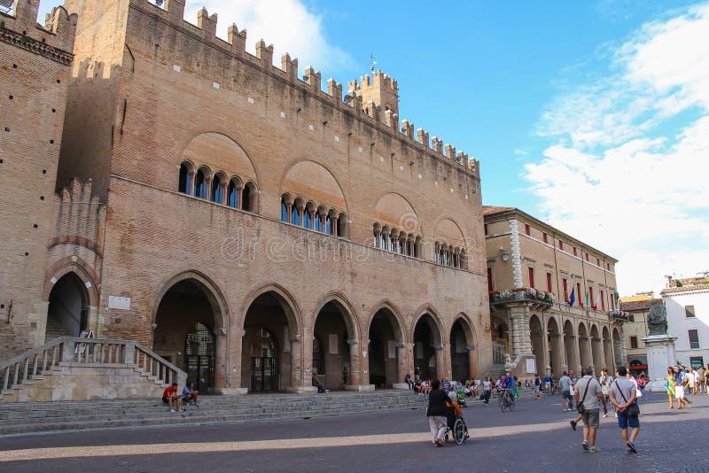 走在古老大厦附近的游人在里米尼,意大利 免版税库存照片