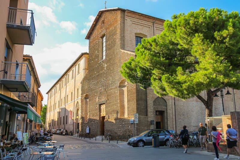 走在古老天主教会附近的游人在里米尼,意大利 免版税库存图片