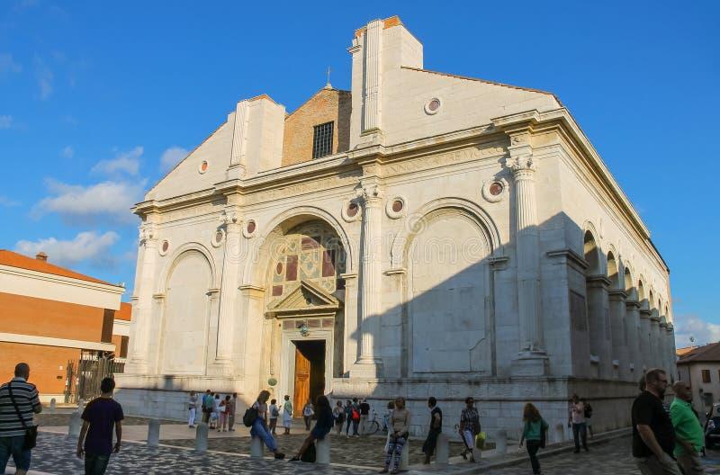 走在古老Malatestiano寺庙附近的游人在里米尼,意大利 库存照片