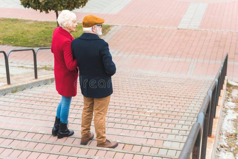 走在台阶的资深夫妇后面看法  免版税图库摄影